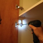 הברגת צירי הדלתות בארון בגדים